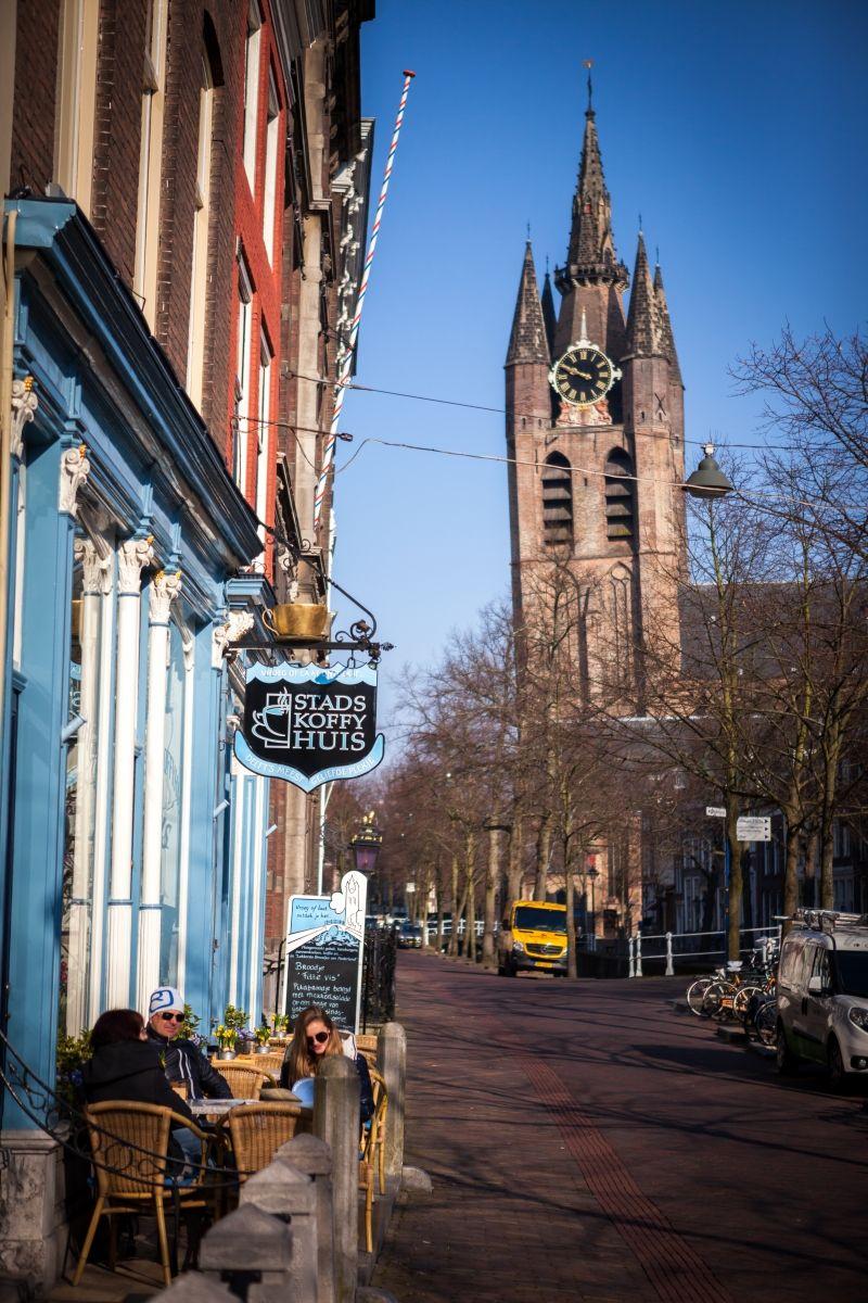 旧教会を眺めながらほっと一息!オランダ・デルフトの老舗カフェ「スタッズ・コフィーハウス」