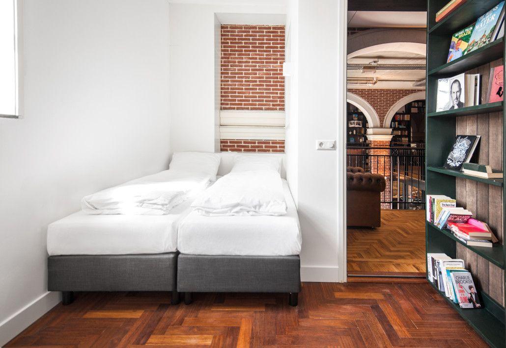 トラムや本棚の裏が部屋!?アムステルダム「ホテル・ノット・ホテル」で非日常な滞在を!