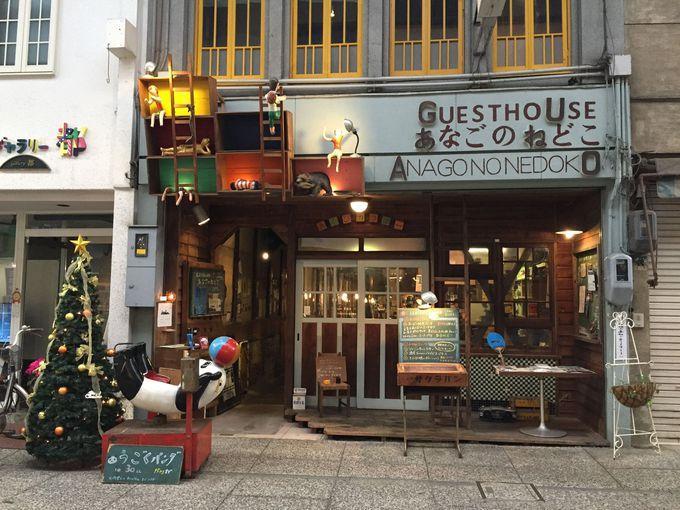 入り口からは想像できない、細長いカフェ