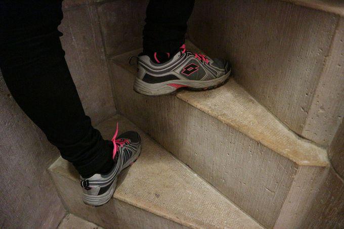 狭くて急な、197段もの階段