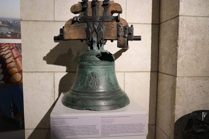塔の歴史を物語る展示を見ながら、塔をのぼる