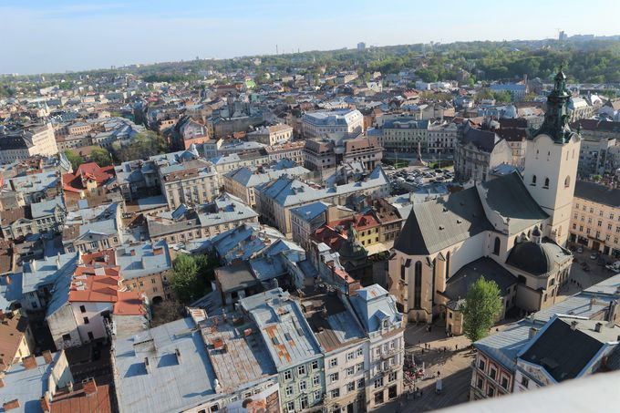リヴィウの旧市街を、市庁舎の塔から一望する