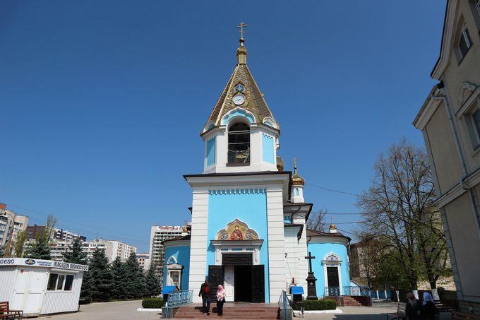 金と青のコントラストが美しい「聖ティロン大聖堂」