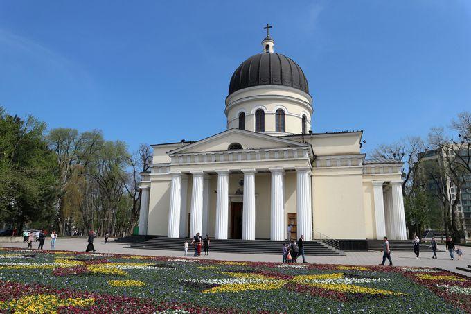 街のシンボル「キシナウ大聖堂」と「勝利の門」