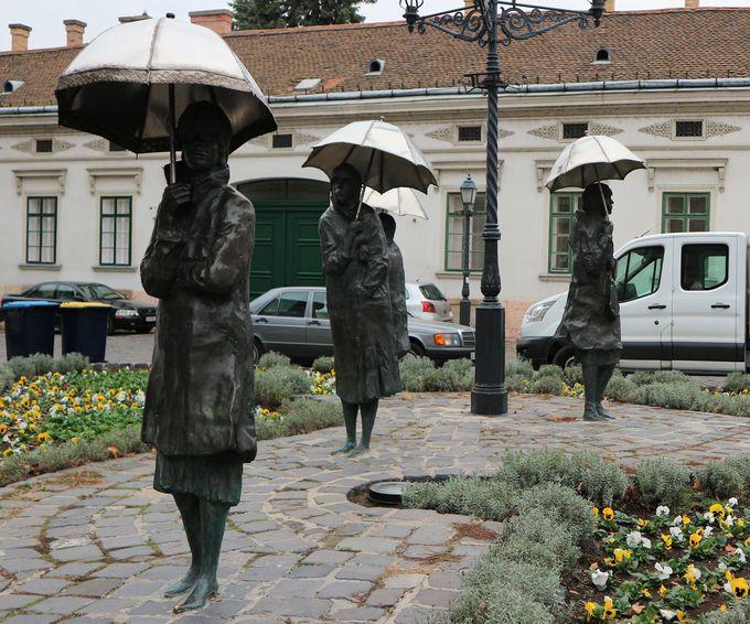 ハンガリーを代表する彫刻家のアート「雨降りに散歩」