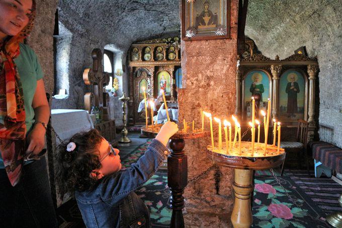 隠れ家のような「岩窟教会」で、静かな祈りを。