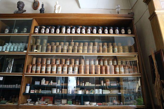レトロな風合いがかわいい、昔の薬の瓶やパッケージたち