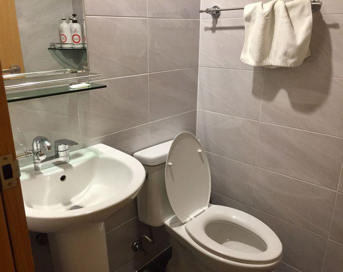 清潔で寝心地のよいベッドと、専用シャワールーム・トイレつき!