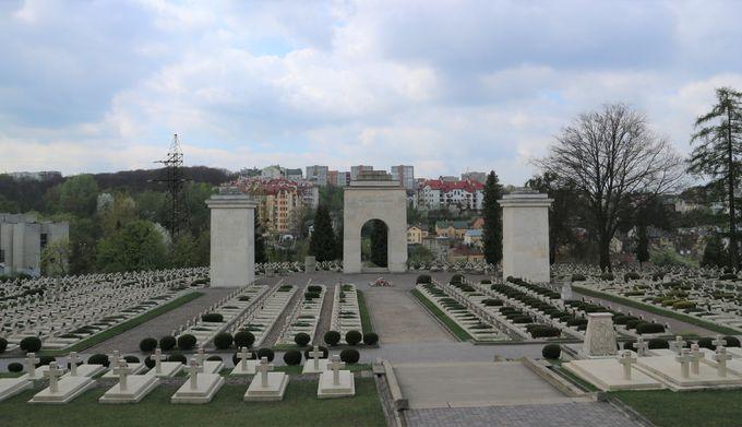 戦争で散った若い兵士たちの集団墓地