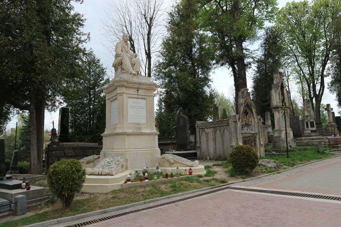 リヴィヴゆかりの有名人が眠る墓地