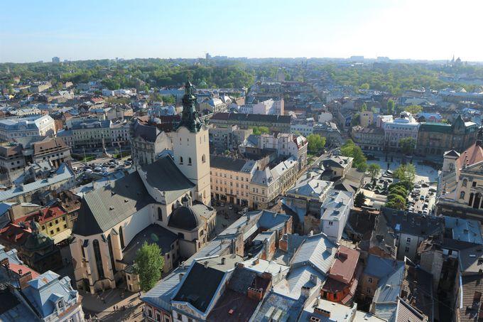 ルィノク広場の真ん中から旧市街を眺める