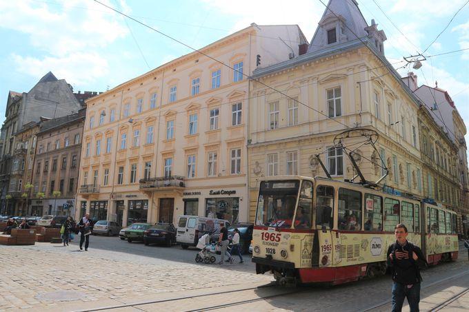 トラムを下車し「ルィノク広場」のそばでウクライナグルメを楽しむ!