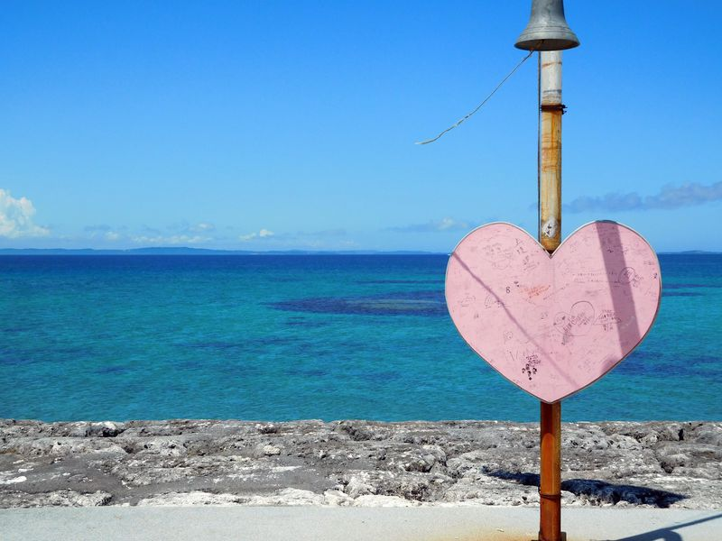 海と空と恋の中、二人で鳴らす「太陽(てぃーだ)の鐘」