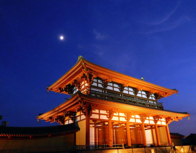 まるで竜宮城!宵藍に振りあおぐ月と朱雀門はお伽噺のように幻想的