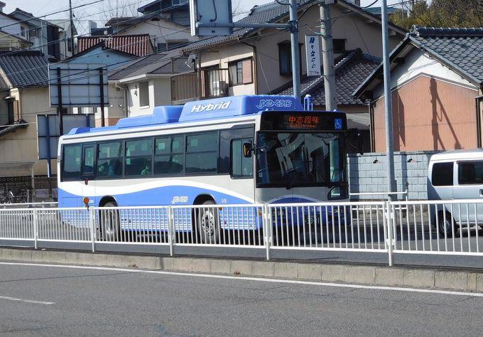 一般道路では路線バス。なぜ道路と軌道と両方走ることになった?
