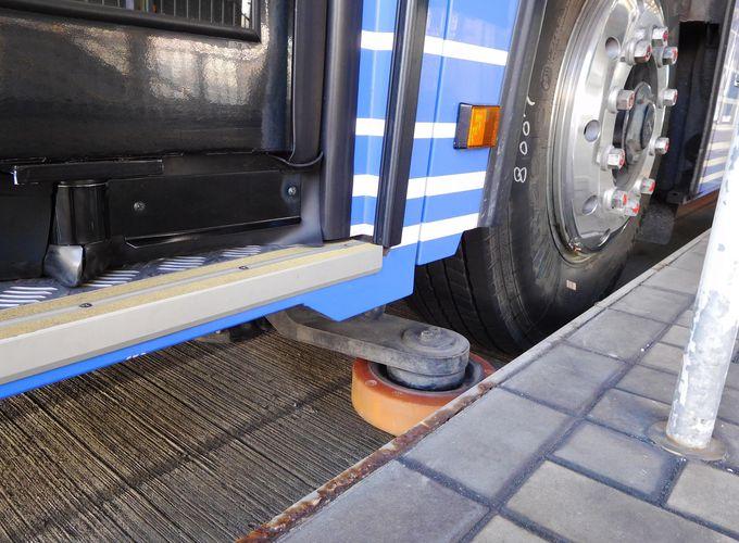 実は世界で唯一!車体に隠されたガイドウェイバスの秘密とは?
