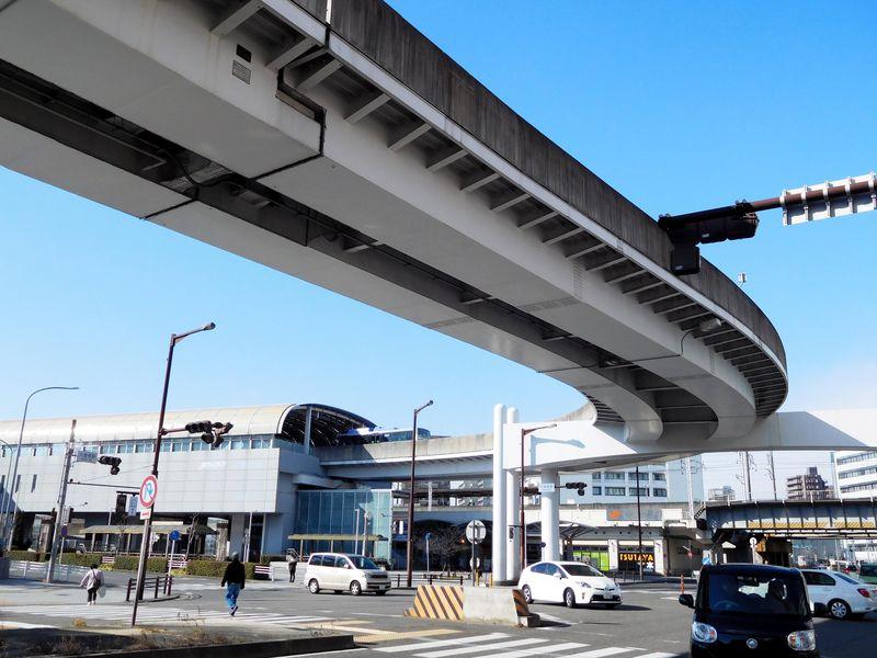 ガイドウェイバス乗車はここから!高架を吸い込む大曽根駅