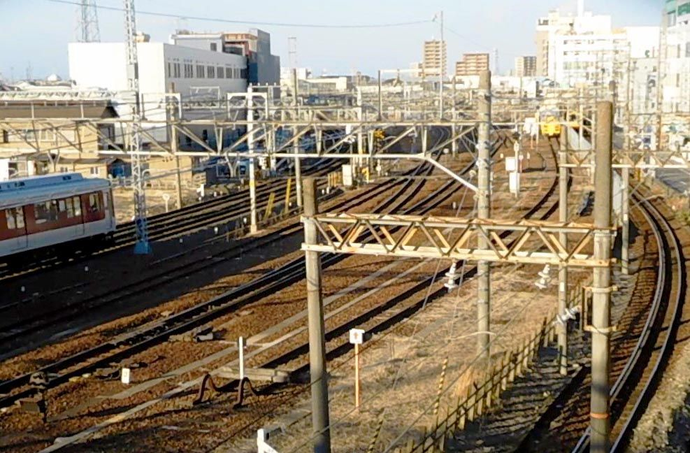 もっと踏切を楽しむには?「三崎跨線橋」の展望がおすすめ!