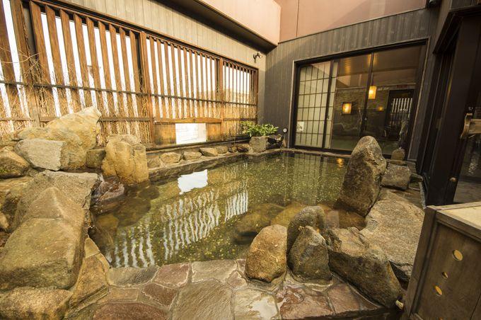天然温泉の露天風呂でゆったり過ごす癒しのひと時