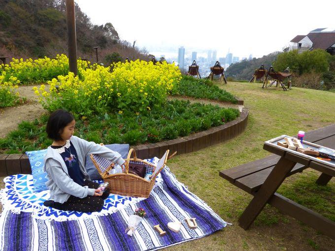 ピクニックは花盛りの屋外で