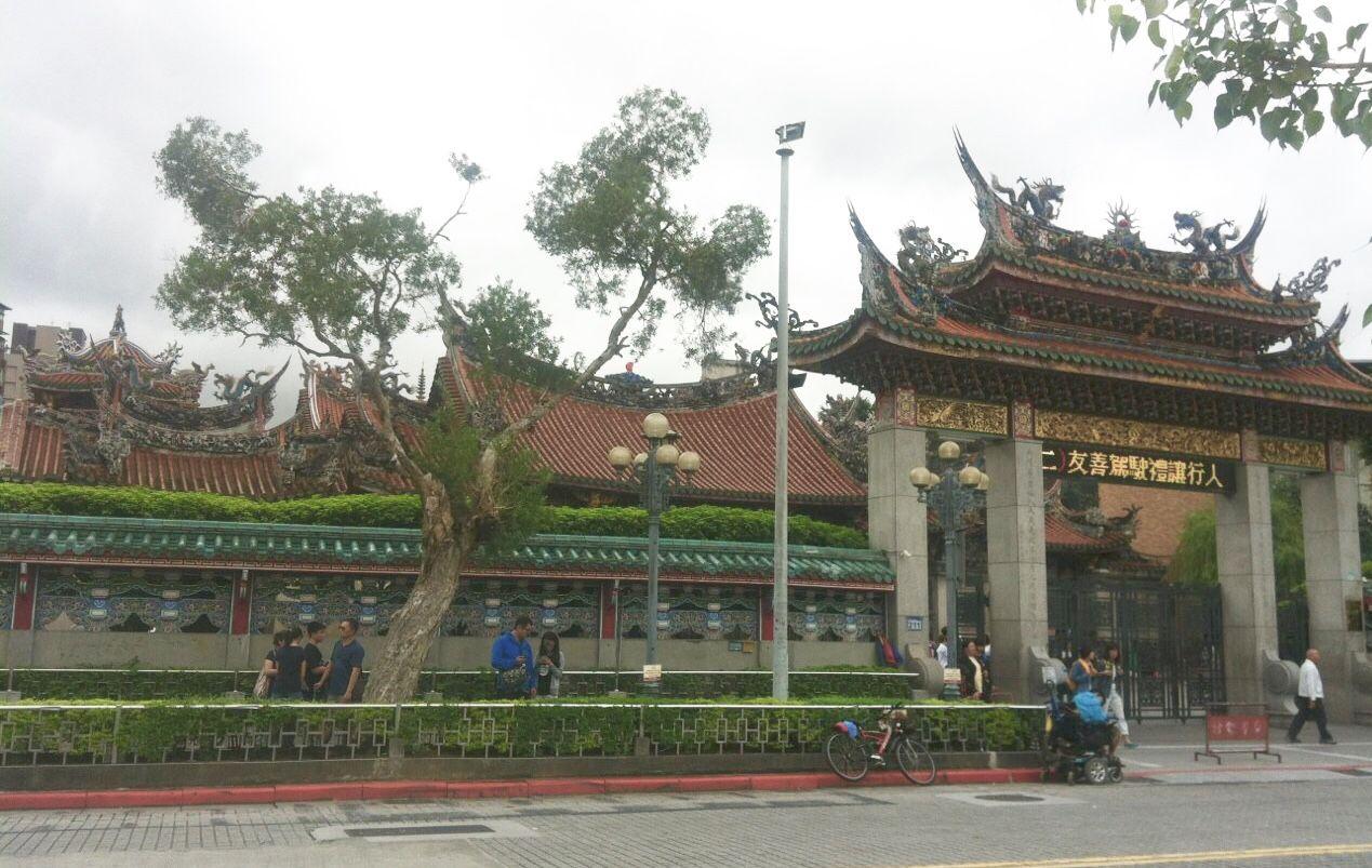 古い街並みの中に佇む龍山寺