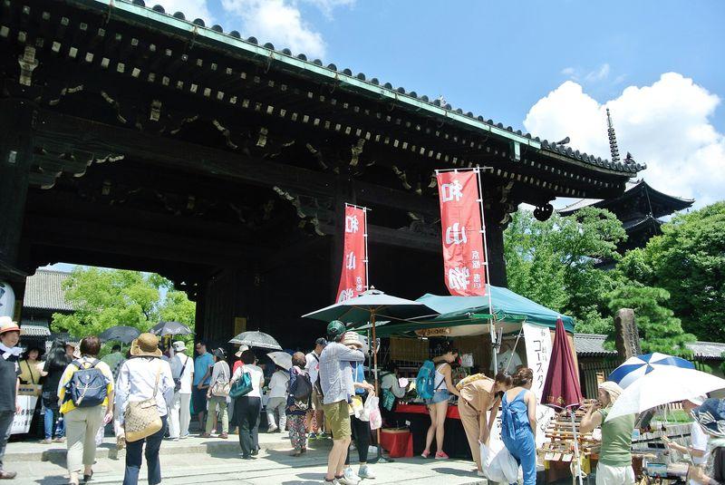 月に1度!1000以上もの屋台で賑わう京都・ 東寺「弘法市」