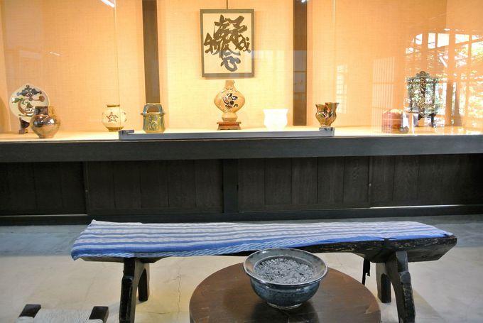 様々な釉薬を使った陶器が見られる「河井�ェ次郎記念館」