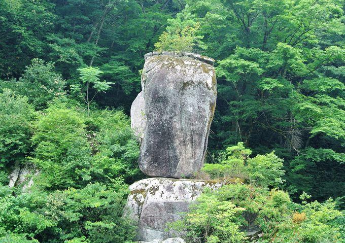数々の不思議な形の岩が集まるスポット