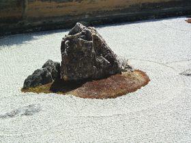 世界遺産の石庭は謎だらけ!京都「龍安寺」で禅の精神を体感!