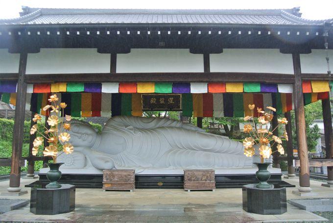 巨大な涅槃仏が安置されている寺院