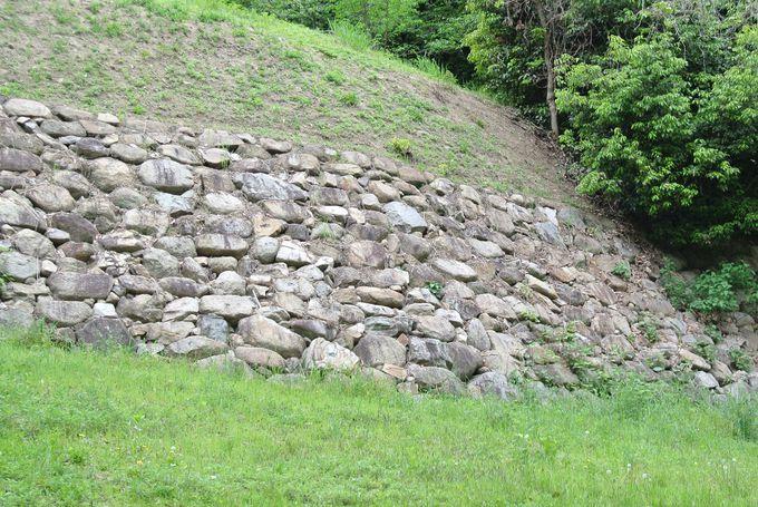 対照的な2つの石垣も必見