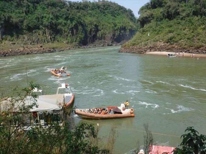 2、ボートで大迫力の滝へダイブしよう!
