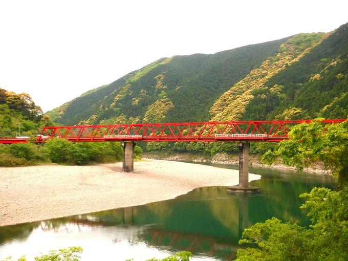 真っ赤な鉄橋「津大橋」をくぐり抜けよう!