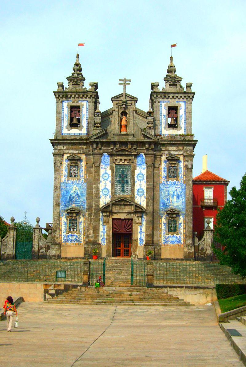ポルトの街中にたたずむ観光名所「サント・イルデフォンソ教会」