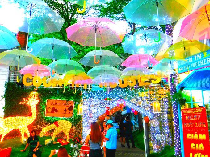 クラシックカーとカラフルな傘がお出迎え!「カントリーハウス」
