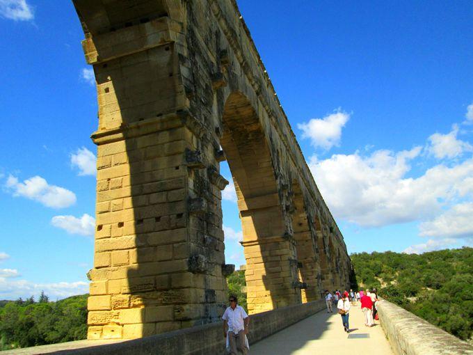 ポンデュガールの橋の上を歩いてみよう!