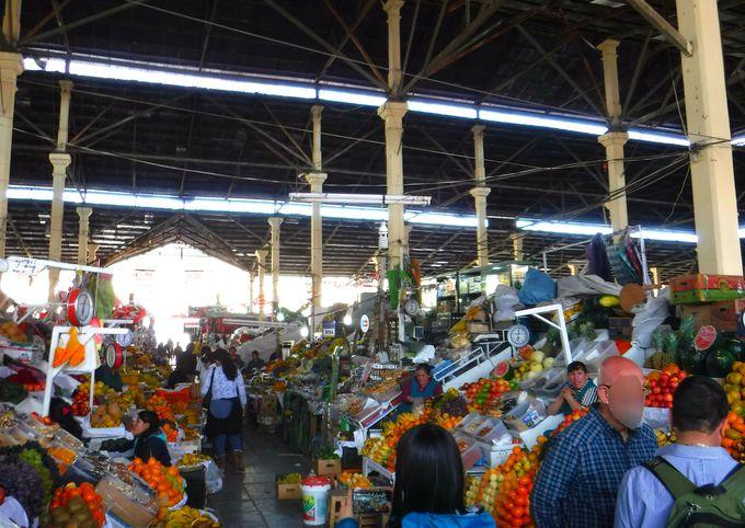 昼:サンペドロ市場でローカルペルー料理を堪能しよう!