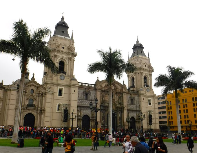 午前:リマ歴史地区の中心「アルマス広場」周辺を散策しよう!