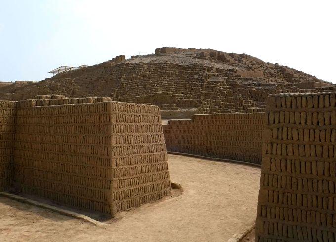 午後:謎の巨大遺跡「ワカ・プクヤーナ」を見学
