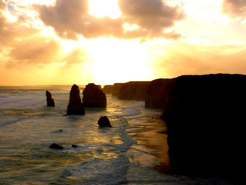 この夕日を見よ!豪「グレートオーシャンロード」絶景スポット