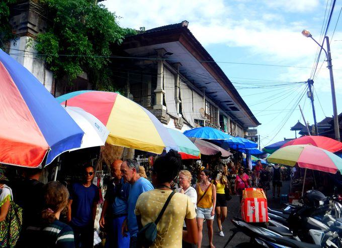 ウブドでお土産探しなら、観光客で賑わう「ウブド市場」へ!