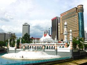 大都会の白亜のモスク。クアラルンプール「マスジッド・ジャメ」