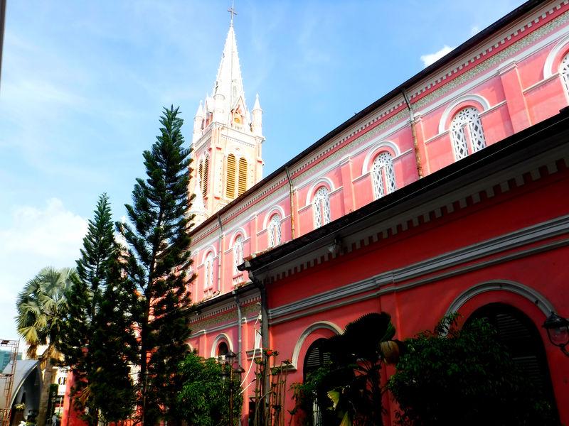 ホーチミン女子旅に!ピンクの可愛いタンディン教会と市場へ行こう