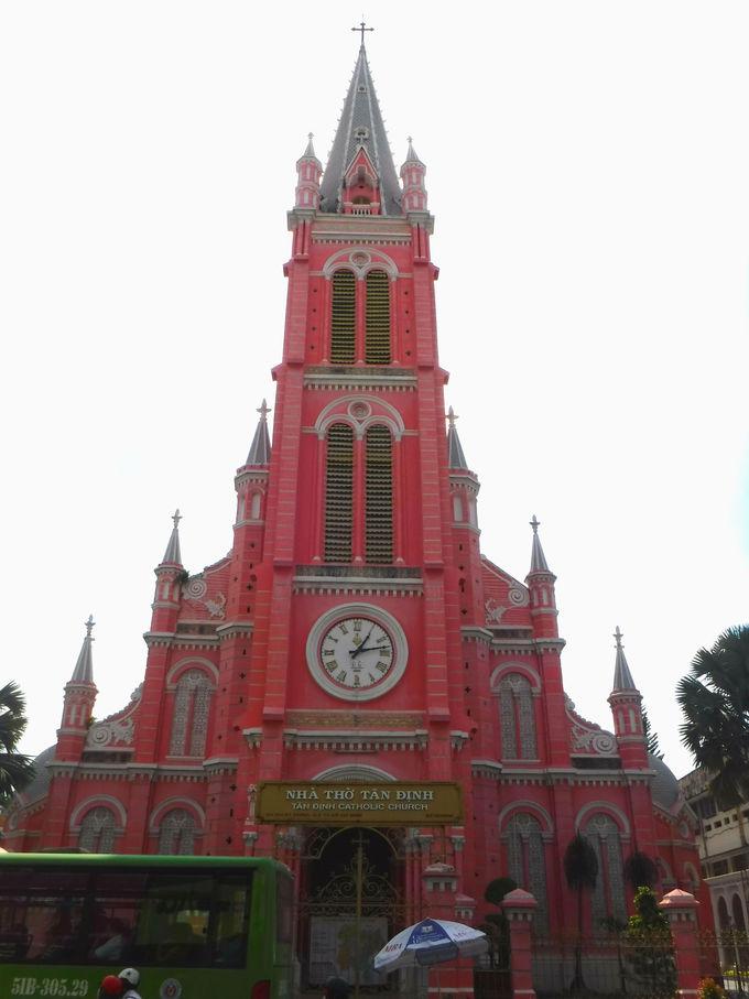 ピンク色のタンディン教会を写真に収めよう!
