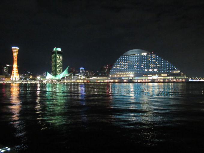 美しい夜景と共に船の安全航行を守る灯台!