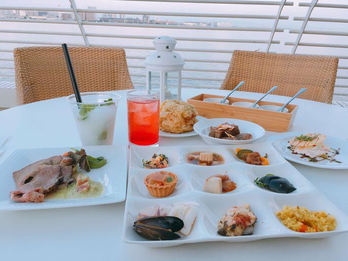 潮風を浴びながら楽しむ料理とお酒