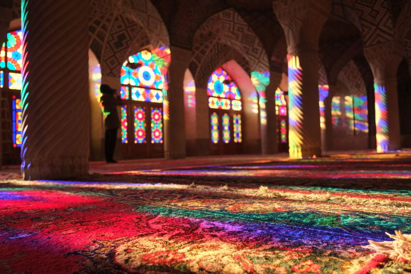 光が放つ魔法!幻想的なイランのピンクモスクが美しい