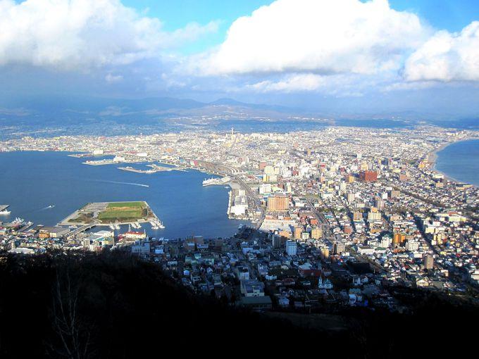 山頂からミニチュアの五稜郭タワーや教会をチェックして!