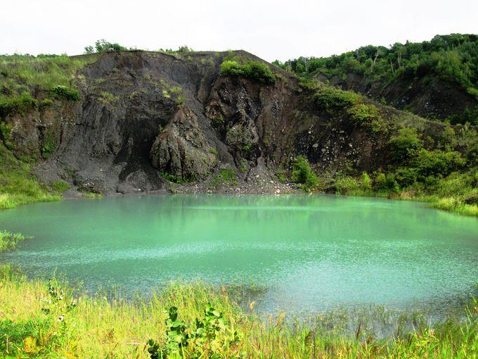 眼下に広がる沼は神秘的なエメラルドグリーン!