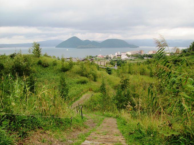 背後には美しい洞爺湖を一望!火山灰の道を登って